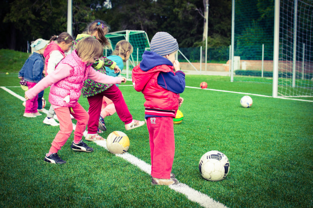 Enfants jouants au foot